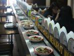 conveyor-menyajikan-menu-menu-masakan-padang_20161120_152137.jpg