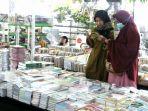 customer-saat-sedang-memilih-buku-di-pameran-gramedia-book-fair_20180204_165348.jpg