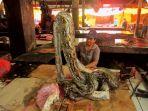daging-ular-piton-dijual-di-pasar_20170330_151346.jpg