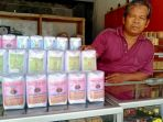 darnawi-pengusaha-kacang-asin-bogares-di-jalan-raya-pertigaan-bogares-pangkah-jumat-2042018_20180420_160342.jpg
