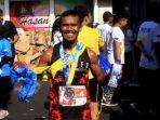 dedy-yusuf-berpose-setelah-melewati-garis-finish-kudus-relay-marathon_20181021_131912.jpg