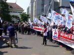 demo-buruh-1-mei-di-gubernuran-sampaikan-tuntutan_20180501_113833.jpg