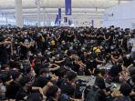 demonstran-anti-pemerintah-yang-berkumpul-di-bandara-internasional-hong-kong.jpg