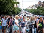 demonstran-bergerak-turun-ke-jalan-di-sepanjang-bismarckstrasse-di-berlin-minggu-1-agustus-2021.jpg