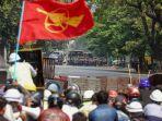 demonstran-berhadapan-dengan-polisi-dalam-kerusuhan-yang-terjadi-di-mandalay-myanmar.jpg