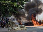 demonstran-myanmar-lawan-aparat.jpg
