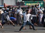 demonstran-myanmar-saling-lempar-batu.jpg