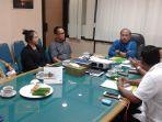 deputi-direktur-bpjs-ketenagakerjaan-kanwil-jateng-dan-diy-moch-triyono-baju-biru_20180213_215745.jpg