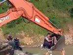 detik-detik-warga-sehabis-melahirkan-diangkut-menggunakan-keranjang-ekskavator.jpg