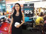 dewi-avianti-sales-promotion-girl-untuk-kaca-film-masterpiece-selama-pameran_20180807_165528.jpg