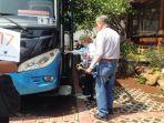 dua-orang-turis-menaiki-bus-tujuan-ambarawa-jumat10112017_20171110_102915.jpg