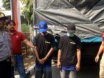 dua-pelaku-pencurian-14-karung-jagung-berforo-di-depan-truk.jpg