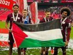 dua-pemain-leicester-city-wesley-fofana-dan-hamza-choudhury-mengibarkan-bendera-palestina.jpg