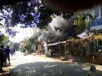 dua-rumah-hangus-terbakar-dipicu-oleh-charger-hp_20170516_153817.jpg