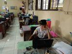 dua-siswa-dari-mtsn-1-pekalongan-mengikuti-ujian-sekolah-yang-berbasis-online.jpg