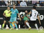 eden-hazard-beraksi-dalam-duel-valencia-vs-real-madrid-di-liga-spanyol-2021-2022.jpg