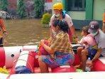 evakuasi-ibu-hamil-dalam-banjir.jpg