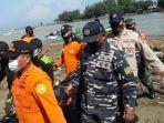 evakuasi-jenazah-korban-tenggelam-di-pantai-logending-1.jpg