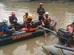 evakuasi-korban-hanyut-di-sungai.jpg