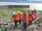 evakuasi-korban-hanyut-di-waduk-amis-2812021.jpg