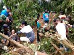 evakuasi-korban-longsor-di-brebes-oleh-tim-gabungan_20180222_223534.jpg