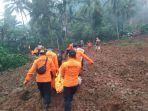 evakuasi-korban-longsor-di-desa-kalijering-padureso-kebumen.jpg