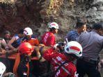 evakuasi-korban-yang-tertimbun-longsor_20181018_191516.jpg