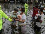 evakuasi-tahanan-dari-polsek-semarang-utara-ke-polsek-gajahmungkur-banjir.jpg