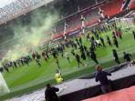 fans-manchester-united-merusuh-di-old-trafford-jelang-laga-melawan-liverpool-minggu-252021.jpg