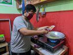 fauzi-arizal-30-memasak-mi-instan-di-warung-miliknya-selasa-3112020-malam.jpg