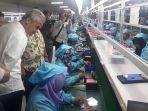 ganjar-lihat-proses-produksi-ponsel-pt-evercoss-indonesia-di-mijen_20180302_101854.jpg