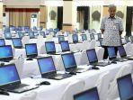 ganjar-mengecek-laptop-yang-akan-digunakan-peserta-tes-skd-cpns-pemprov-jateng.jpg
