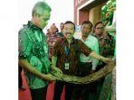 ganjar-pranowo-saat-membeli-batik-tulis-produksi-pengrajin-kabupaten-batang_20170428_155721.jpg