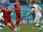 gelandang-timnas-rusia-aleksey-miranchuk-kiri-berebut-bola-dengan-pemain-finlandia.jpg