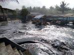 gelombang-tinggi-menghempas-sejumlah-warung-di-pantai-widarapayung-cilacap_20180725_124352.jpg