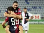 giovanni-simeone-merayakan-gol-bersama-rekannya-ketika-cagliari-mengandaskan-juventus.jpg