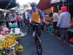 gubernur-ganjar-bersepeda-sambil-melihat-aktivitas-pasar-di-kota-semarang.jpg