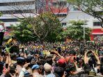 gubernur-jateng-ganjar-pranowo-menemui-peserta-aksi-unjuk-rasa.jpg