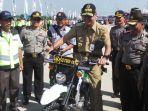 gubernur-jateng-ganjar-pranowo-menjajal-sepeda-motor-trail-di-brebes_20170620_090809.jpg