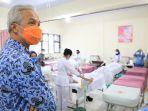 gubernur-jateng-ganjar-pranowo-saat-mengecek-vaksinasi-di-rsud-salatiga-rabu-1732021.jpg