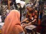 gubernur-jateng-ganjar-pranowo-saat-mengunjungi-stan-batik-rifaiyah_20181002_125141.jpg