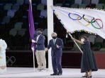 gubernur-tokyo-yuriko-koike-kiri-setelah-menyerahkan-bendera-olimpiade.jpg