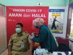 guru-di-kabupaten-karanganyar-saat-menerima-vaksin-covid-19.jpg