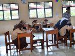 guru-honorer-sedang-membimbing-para-siswa-dalam-kegiatan-belajar-mengajardi-smp-negeri-4-bawang.jpg