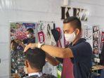 hary-wijaya-santosa-pemilik-kez-barbershop-kota-tegal-sedang-mencukur-rambut-p.jpg