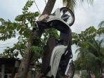 honda-scoopy-milik-pelaku-transaksi-jual-beli-sabu-yang-digantung-warga-di-batang-pohon-kelapa.jpg