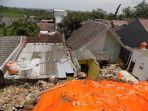 hujan-deras-mengakibatkan-longsor-menimpa-dua-rumah-di-perumahan-griya-mandiri_20170214_155430.jpg