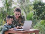 ibu-mendampingi-anak-belajar-daring.jpg
