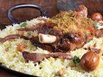 ilustrasi-machboos-hidangan-tradisional-negara-teluk-yang-terdiri-dari-nasi-dan-daging.jpg