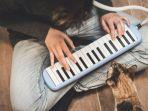 ilustrasi-orang-bermain-pianika.jpg
